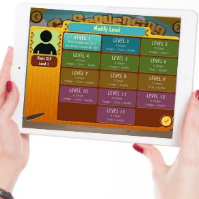 Image d'une femme tenant entre ses mains une tablette où y figure l'un des jeux Smarty Ears