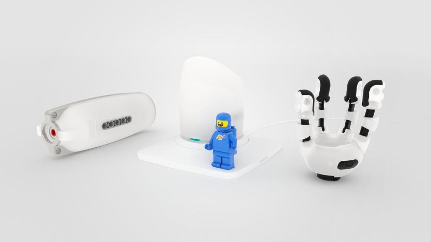 Diapo 4 : Une main du Creative Prosthetic System et un petit personnage Lego.