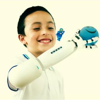Diapo 2 : Enfant équipé d'un  IKO Creative Prosthetic System, jouant avec un petit personnage Lego.