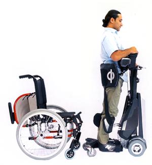 Diapo 4 : Personne équipée d'un verticalisateur TEK RMD, lassant derrière elle un fauteuil roulant classique.