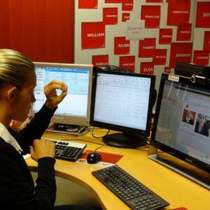 Femme qui utilise la Langue des Signes à travers un écran