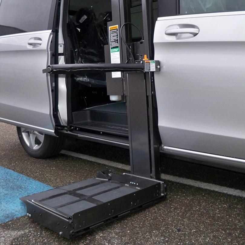 Diapo 2 : Voiture de profil, porte ouverte. Une plateforme d'assistance est attachée à la voiture.