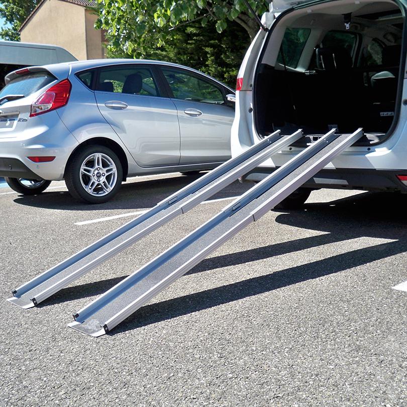 Diapo 5 : Voiture de dos, coffre ouvert. des rampes pour fauteuil roulant sont placées au niveau du coffre.