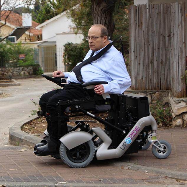 Diapo 3 : Personne se déplaçant dans la rue à l'aide d'un fauteuil UPnRIDE, en position assise.