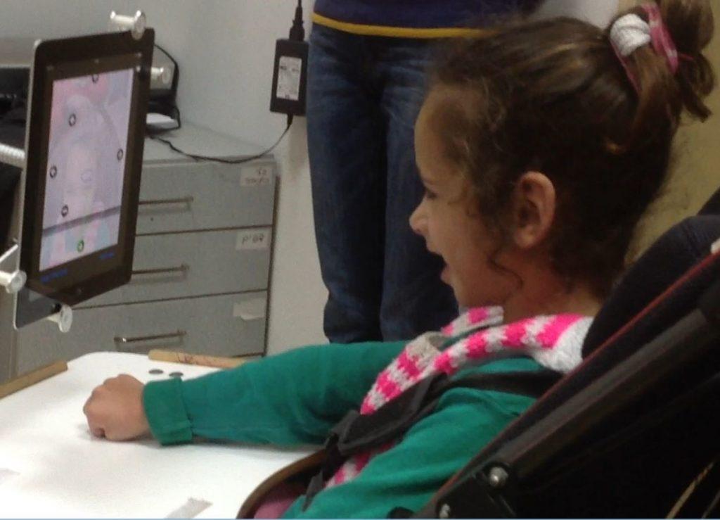 Diapo 2 : Enfant en fauteuil roulant, face à un Sesame Phone.