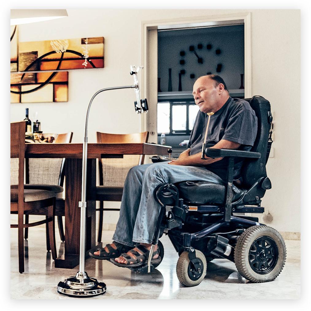 Diapo 3 : Personne en fauteuil roulant face à un présentoir sur lequel est attaché un Sesame Phone.