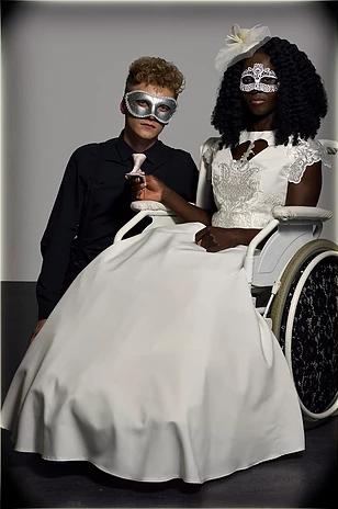 Diapo 3 : Femme en fauteuil roulant, portant une robe de mariée, à coté d'un homme, accroupi.