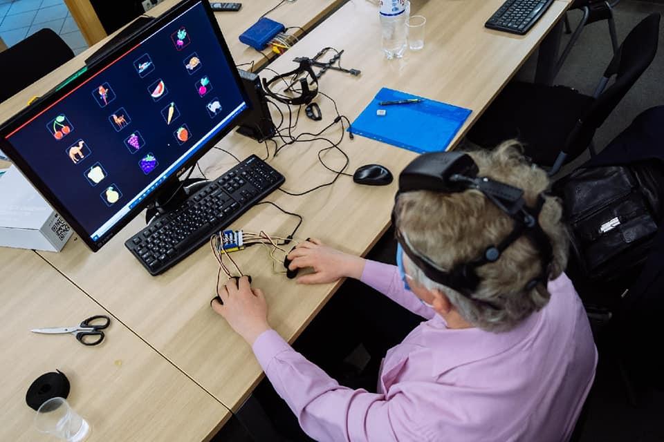 Diapo 4 : Photo d'un homme avec le Neurochat sur sa tête l'utilisant devant un ordinateur