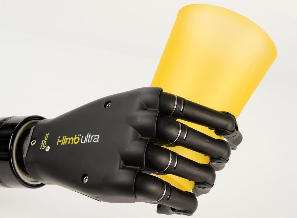Diapo 5 : Prothèse de main i-Limb, tenant un verre.