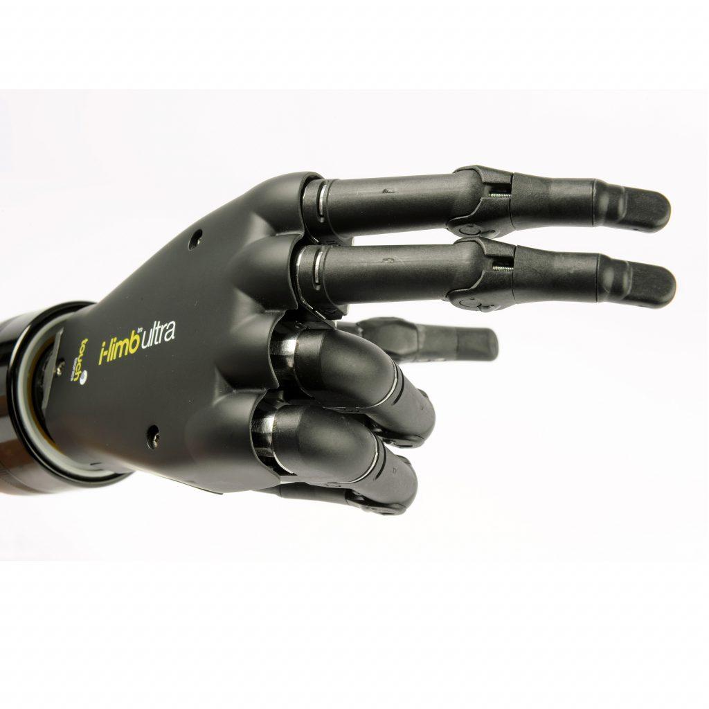 Diapo 4 : Prothèse de main i-Limb, pointant vers la droite avec l'index et le majeur.