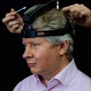 Dispositif Neurochat sur le front d'un homme