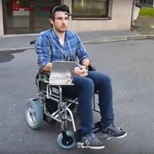 Image d'une personne sur un fauteuil roulant avec le dispositif de Neuromoov sur sa tête