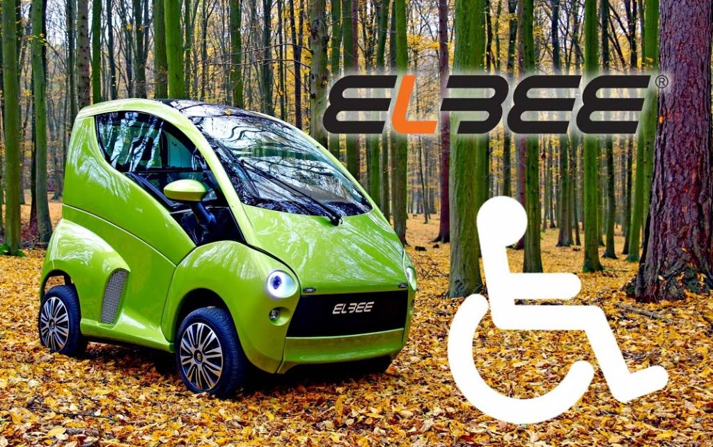 Diapo 2 : Voiture Elbee verte dans la forêt. Logos: Logo Elbee et logo du handicap moteur.