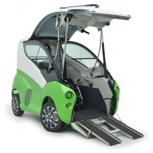 Voiture Elbee verte, ouverte et prête à accueillir un conducteur en fauteuil roulant. Des rampes pour fauteuil on étés déployées.