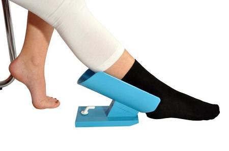 Diapo 2 : Personne reposant sa cheville droite dans un dispositif Sock Aid bleu.