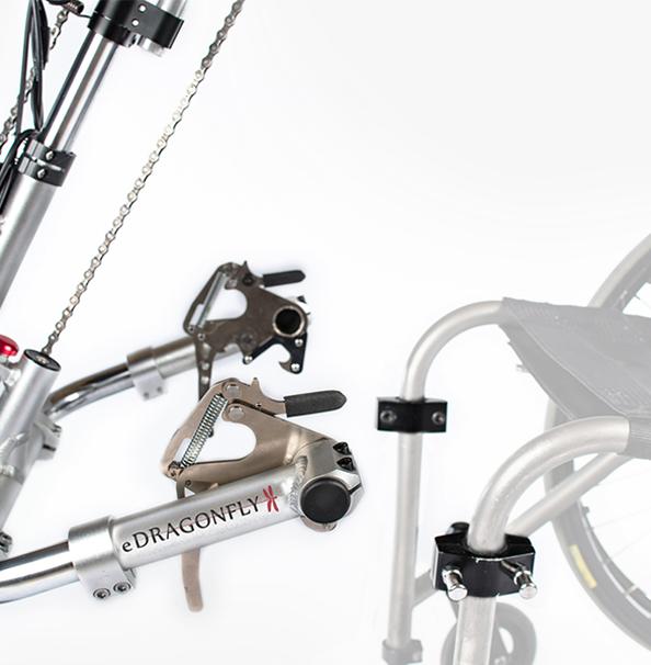 Diapo 2 : Gros plan sur les attaches qui fixent le handbike au fauteuil roulant.