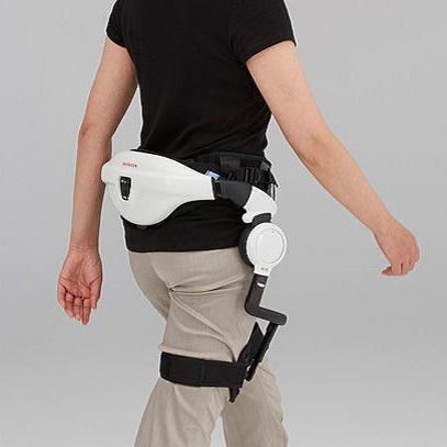 Diapo 2 : Personne marchant en portant l'exosquelette Walk Assist.
