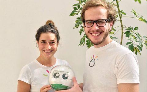 Diapo 4 : Deux personnes de l'équipe leka, tenant un robot leka et souriant.