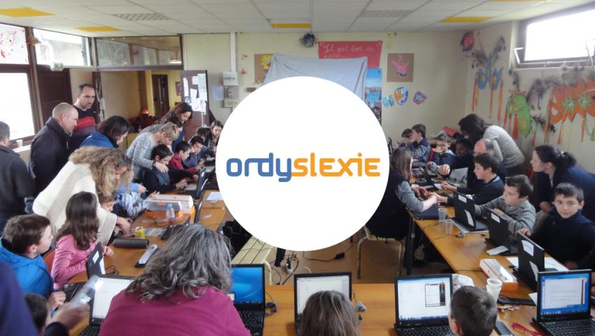 Diapo 2 : Enfants étudiant en classe sur des ordinateurs, le logo Ordylexie apparaît au centre.