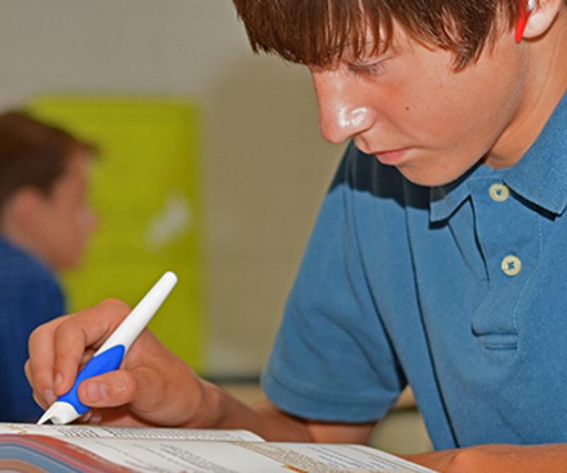 Diapo 1 : Étudiant utilisant le  Read'n Style pen  pour lire des documents en classe.