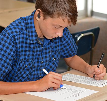 Diapo 2 : Étudiant utilisant le  Read'n Style pen  pour lire des documents en classe.