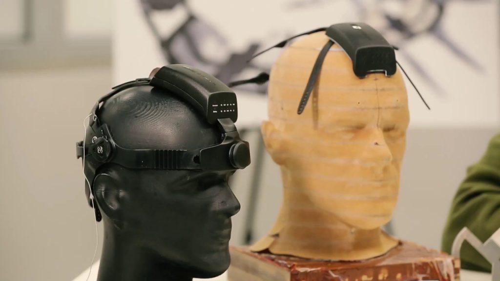 Diapo 2 : Deux manequins portant des casques neuronaux du projet Neurochat.