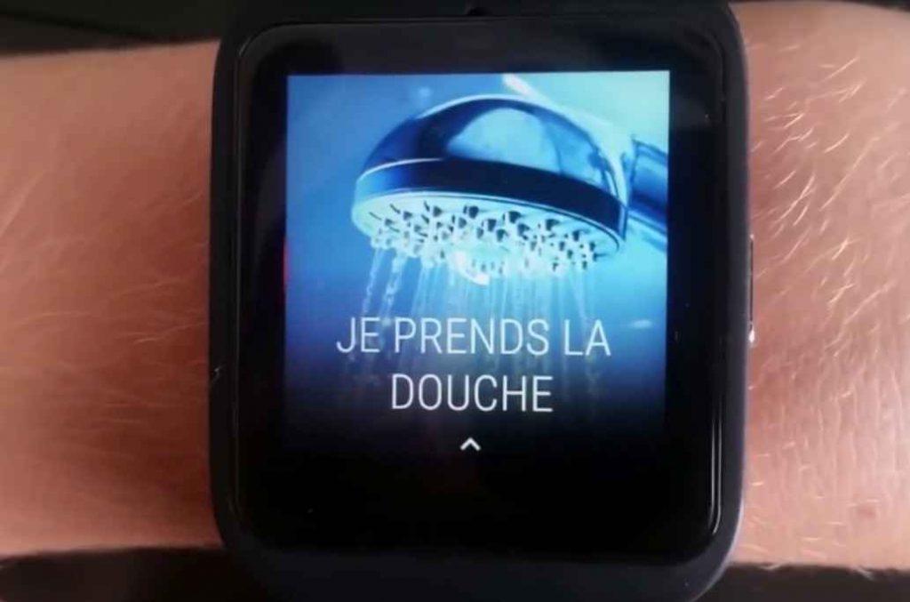 Diapo 6 : Montre connectée affichant l'application Watchelp, avec la notification 'JE PRENDS LA DOUCHE'