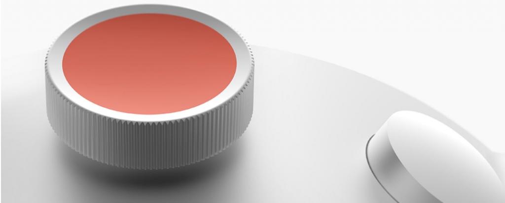 Diapo 2 : Gros plan sur le bouton principal (orange) sur le coté de la montre DotWatch
