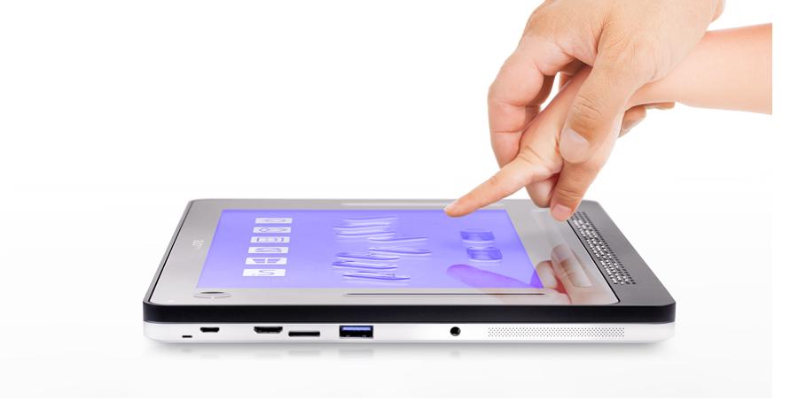 Diapo 2 : Main d'adulte guidant une main d'enfant vers une tablette Inside ONE.