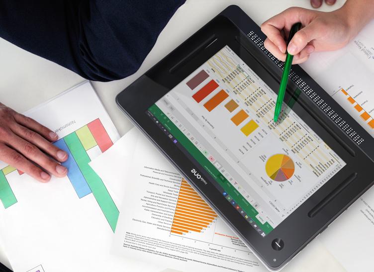Diapo 4 : Personne pointant l'écran d'une tablette Inside One avec un stylo. Cette dernière est posée sur une surface blanche et entourée de documents papiers.