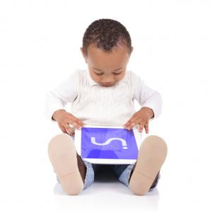 Enfant assis par terre, utilisant une tablette Inside ONE