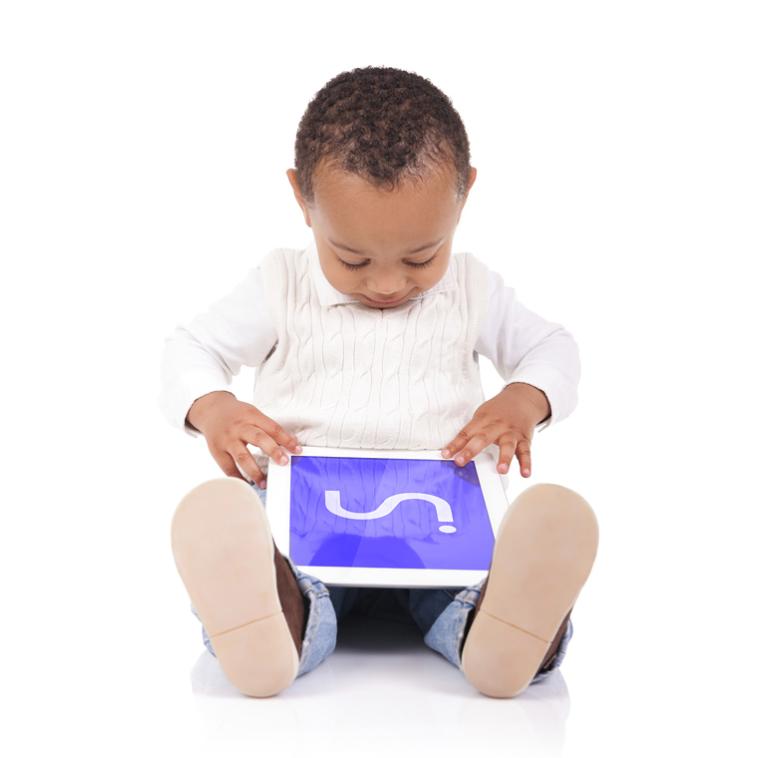Diapo 5 : Enfant assis par terre, utilisant une tablette Inside ONE