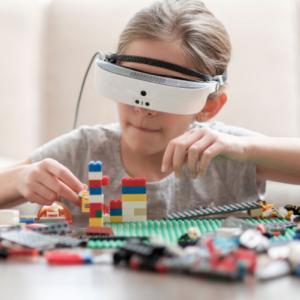 Enfant jouant, en portant des lunettes eSight.