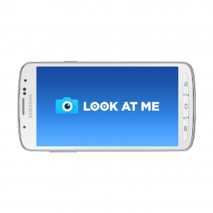 Smartphone affichant le logo de Look at me.