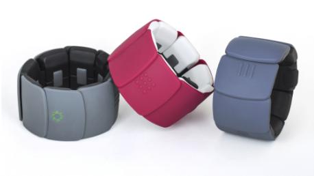 Diapo 2 : Trois bracelets Unitact, un gris clair, un gris foncé et un mauve.