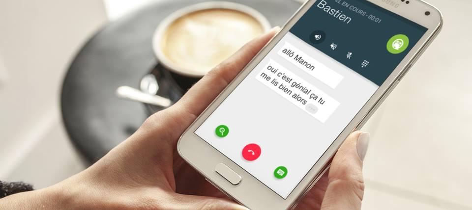 Diapo 2 : Personne tenant dans ses mains un smartphone, et utilisant l'application Rogervoice. La conversation affichée lit: 'Allô Manon' 'Oui c'est génial ça tu me lis bien alors'
