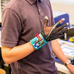 Personne portant au bras gauche un prototype de gant Sign Aloud.