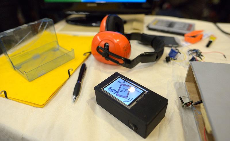 Diapo 2 : Prototype de boitier Deaf'tab, posé sur une table de travail.