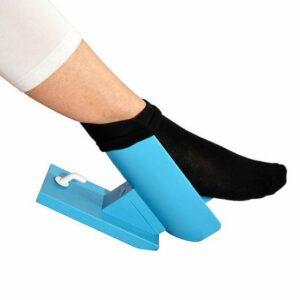 Photo d'une personne enfilant sa chaussette avec le dispositif Sock Aid