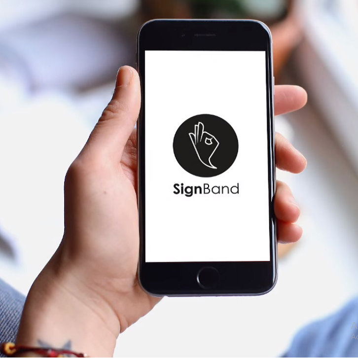 Diapo 2 : Personne tenant dans sa main un smartphone, affichant le logo de l'application SignBand.