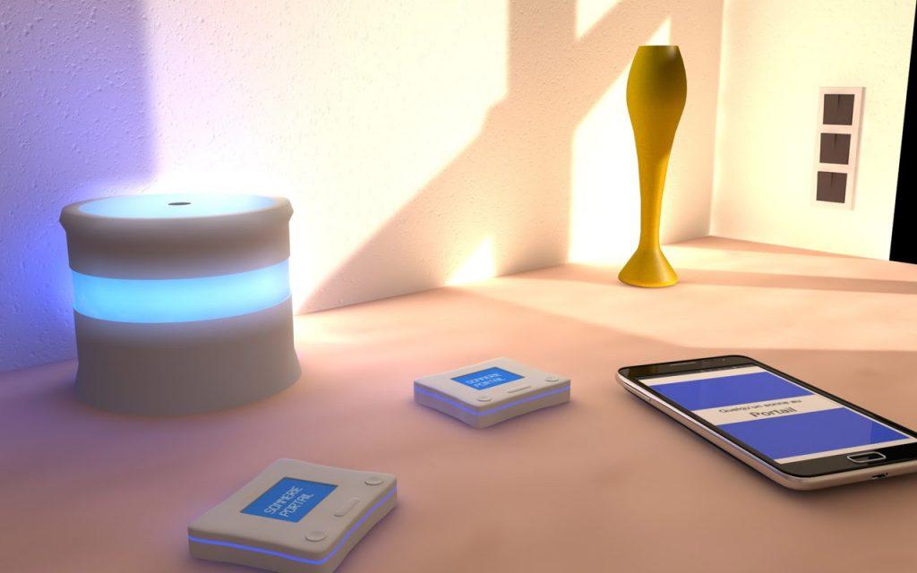 Diapo 4 : Smartphone posé sur une table affichant la notification 'quelqu'un sonne au portail' deux petits écrans SmartEar affichent la même notification.