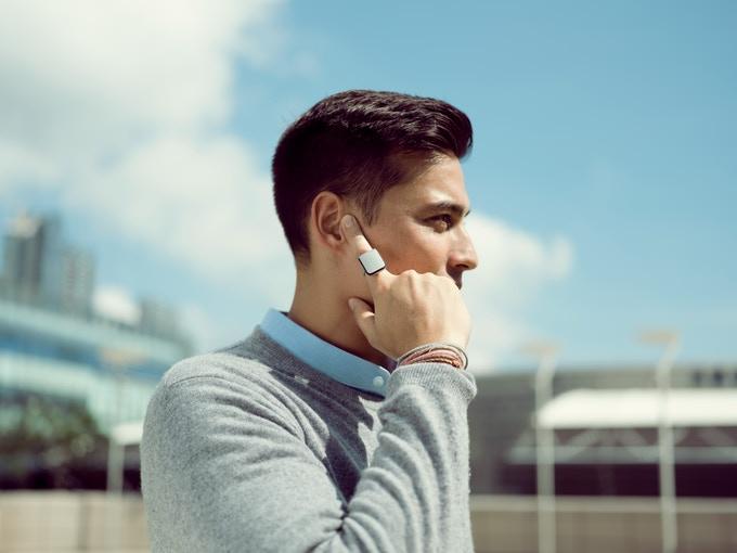 Diapo 6 : Personne passant un appel avec une bague Orii.