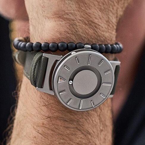 Diapo 6 : Personne portant une montre The Bradley au poignet.