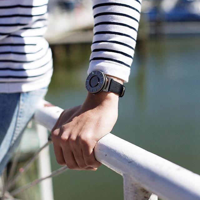 Diapo 7 : Personne portant une montre The Bradley au poignet.