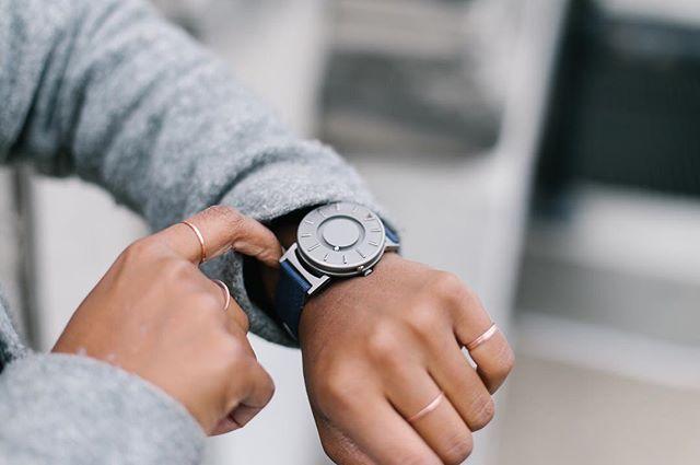 Diapo 2 : Personne portant une montre The Bradley au poignet.