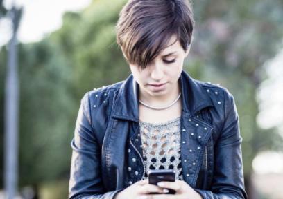 Diapo 2 : Personne utilisant un smartphone en extérieur.