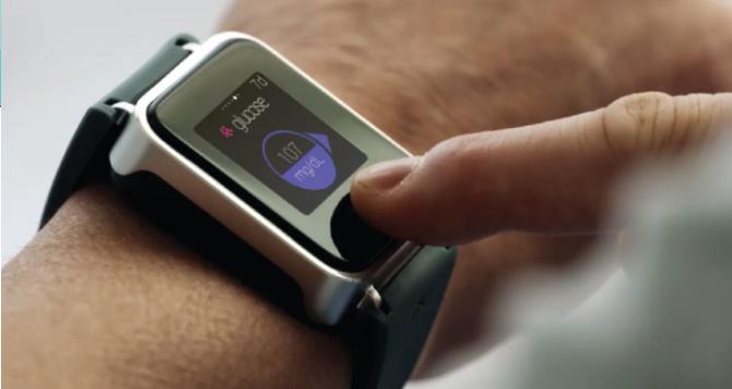 Diapo 4 : Personne portant une montre K'Track glucose au poignet gauche, consultant son taux de glucose.