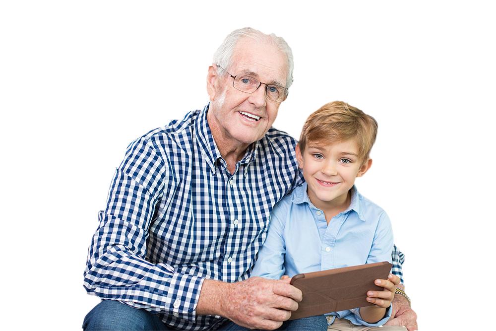 Diapo 2 : Personne âgée et enfant tenant une tablette.