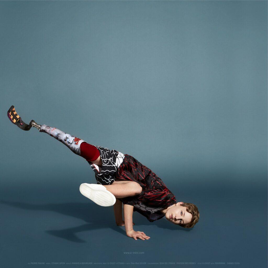 Diapo 5 : Garçon qui fait du breakdance avec une prothèse personnalisée U-exist