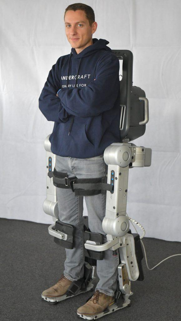Diapo 4 : Personne équipée avec un exosquelette Wandercraft.
